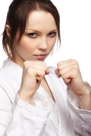 במקרה של מצב כוננות לתקיפה על הידיים להיות במצב של הגנה